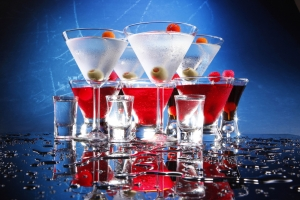 1687322-5916x3944-cocktails_drop_blue_background_composition